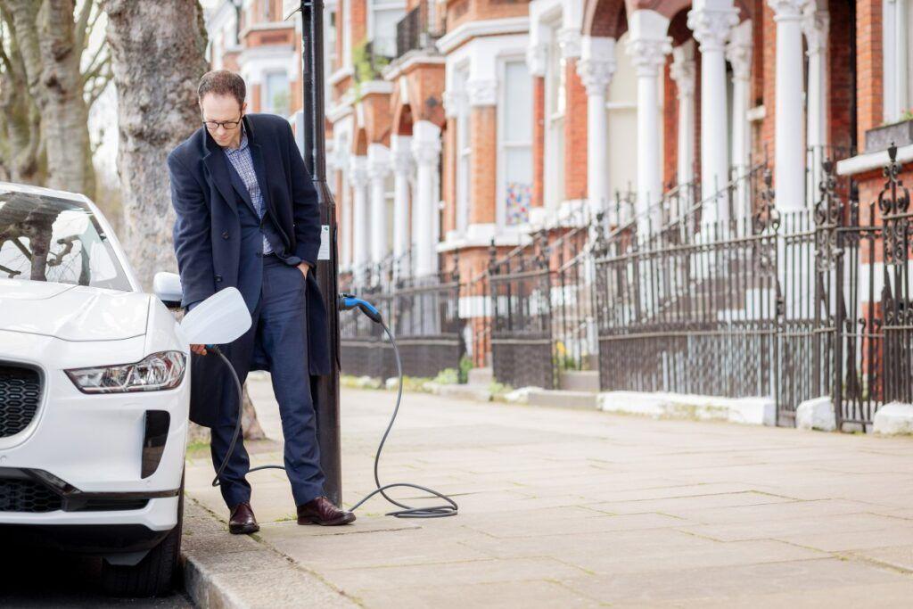 Prima stradă din Londra unde poți încărca o mașină electrică de la fiecare felinar