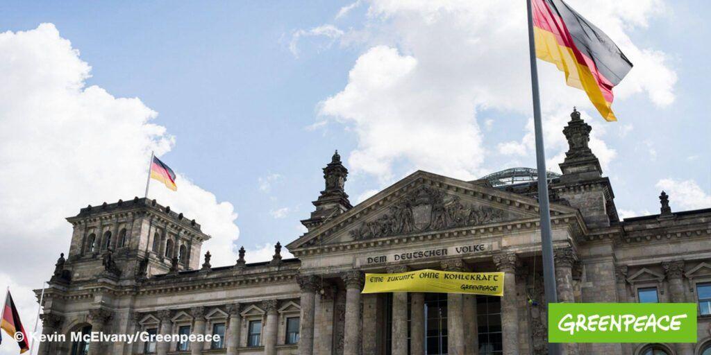 Activistii Greenpeace au afișat un poster pe Reichstag impotriva consumului de energie pe cărbune