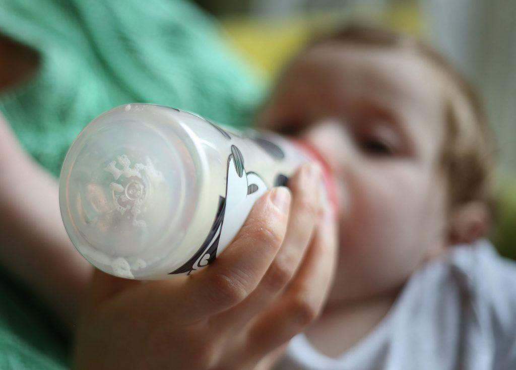 Sticluțele cu hrană pentru copii se dovedesc a fi o sursă de plastic